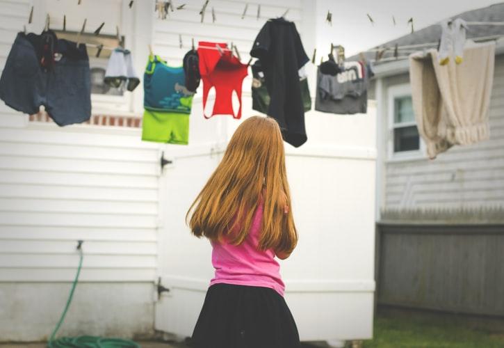 devojčica-prostire-veš