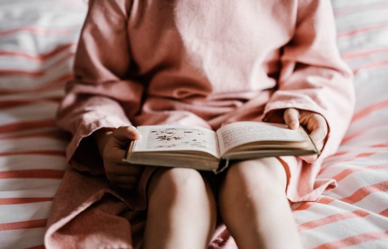 dete-čita-knjigu