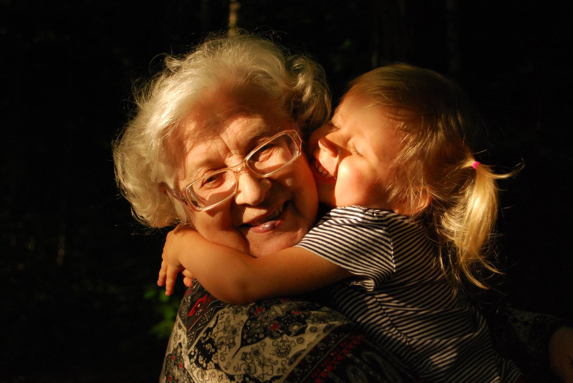 Jedna od aktivnosti koje deca i starije osobe mogu raditizajedno je i grljenje